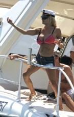 pam_anderson_pink_boat_10.jpg