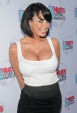 sophie-howard-cleavage-09.jpg